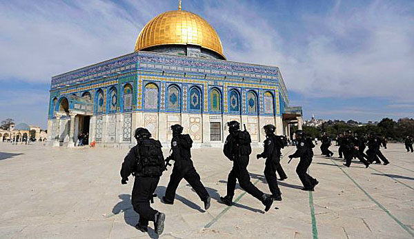 Israeli police run during clashes with stone-throwing Palestinians at the Temple Mount, April 16, 2014.