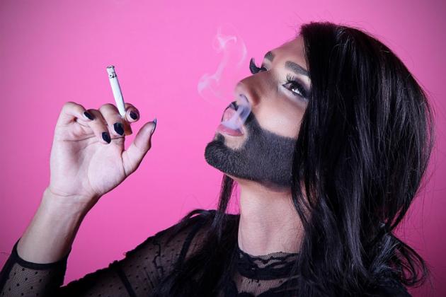 conchita-wurst-eurovision-2014-fumando