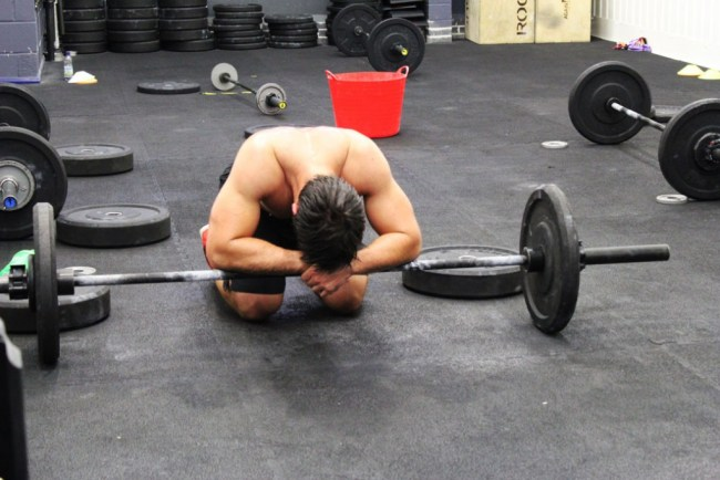 Un crossfitteur extenue apres un deadlift