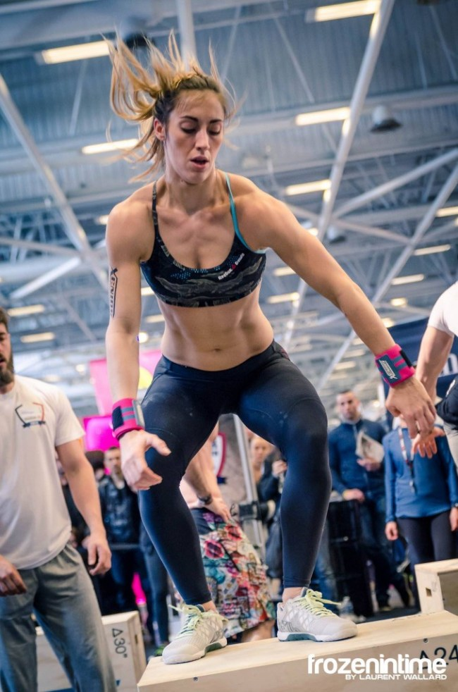 Une crossfitteuse en train de realiser un box jump