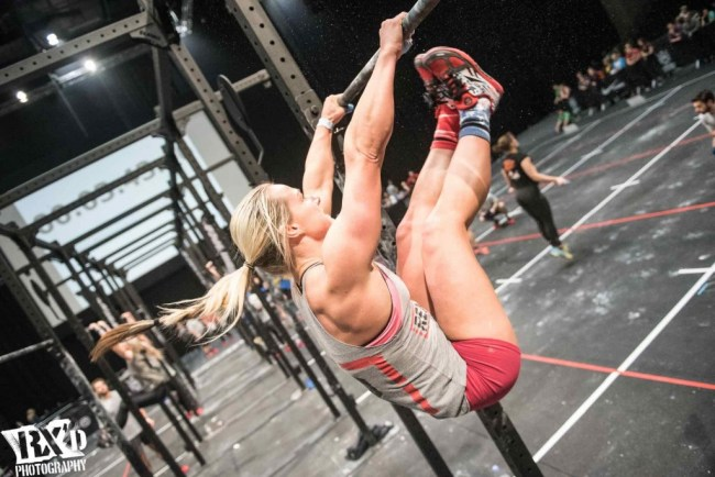 une-crossfitteuse-execute-un-toes-to-bar