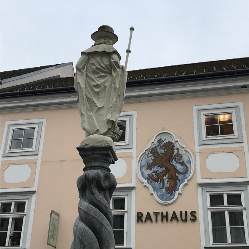 Kolomanstatue und Rathaus