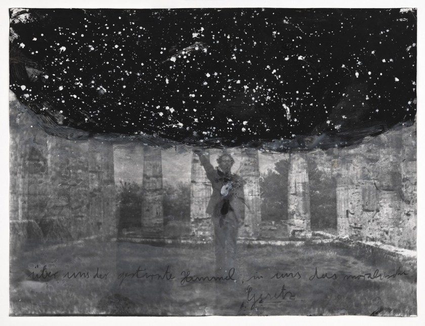 Anselm Kiefer (*1945) Über uns der gestirnte Himmel, in uns das moralische Gesetz 1969–2010 Foto (S/W) auf Papier mit Übermalungen 63 × 83,2 cm ARTIST ROOMS Tate and National Galleries of Scotland Acquired jointly through the d'Offay Donation with assistance from the National Heritage Memorial Fund and the Art Fund 2011 © Anselm Kiefer