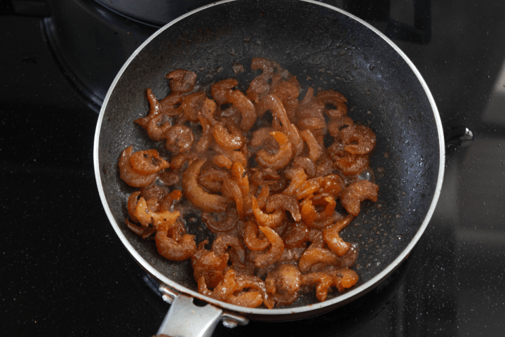 Rehydrated shrimp in a pan with caramel.