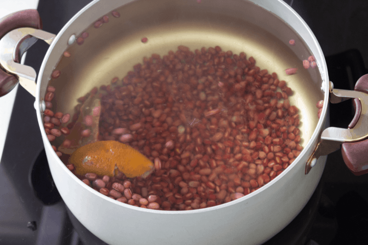 Adzuki beans and tangerine peel in a pot of water.