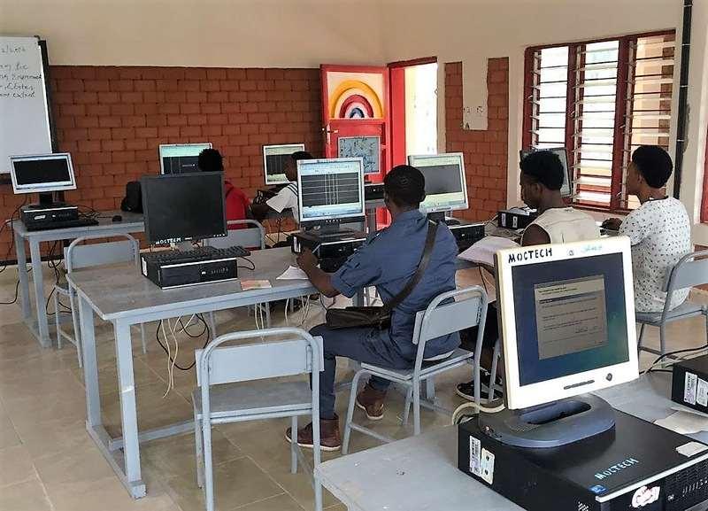 Schulungsraum mit Computern.