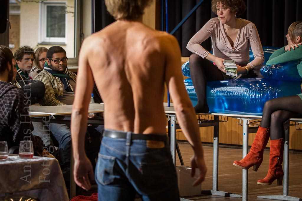"""Szene aus """"Euro-WG"""" von 2013 im Schiller-Gymnasium. Foto: A. Hasenkamp, Fotograf in Münster."""