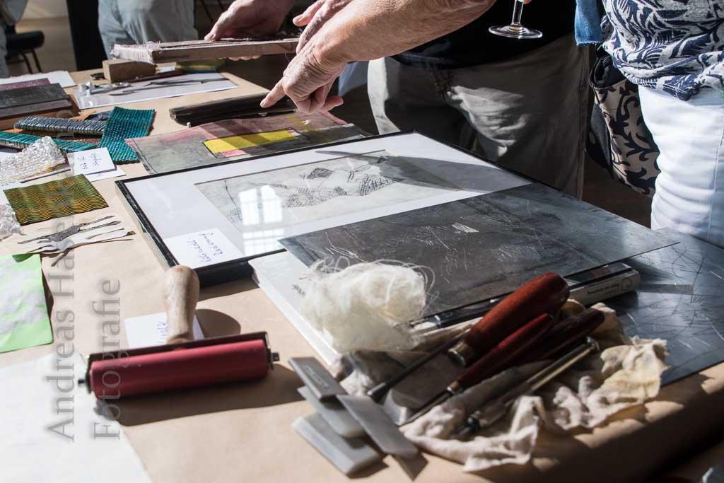 Wilhelm Vaut zeigte und erläuterte an einem Tisch Utensilien des Glasdrucks, des Siebdrucks und des Tiefdrucks. Fotograf: A. Hasenkamp, Münster.