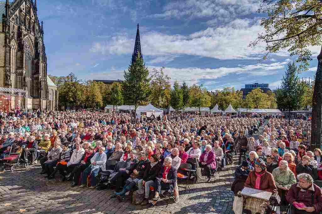 Blick von der Bühne auf die kfd-Frauen auf dem Domplatz in Münster beim Jubiläums-Fest der kfd im Bistum Münster. Foto: A. Hasenkamp, Fotograf in Münster.