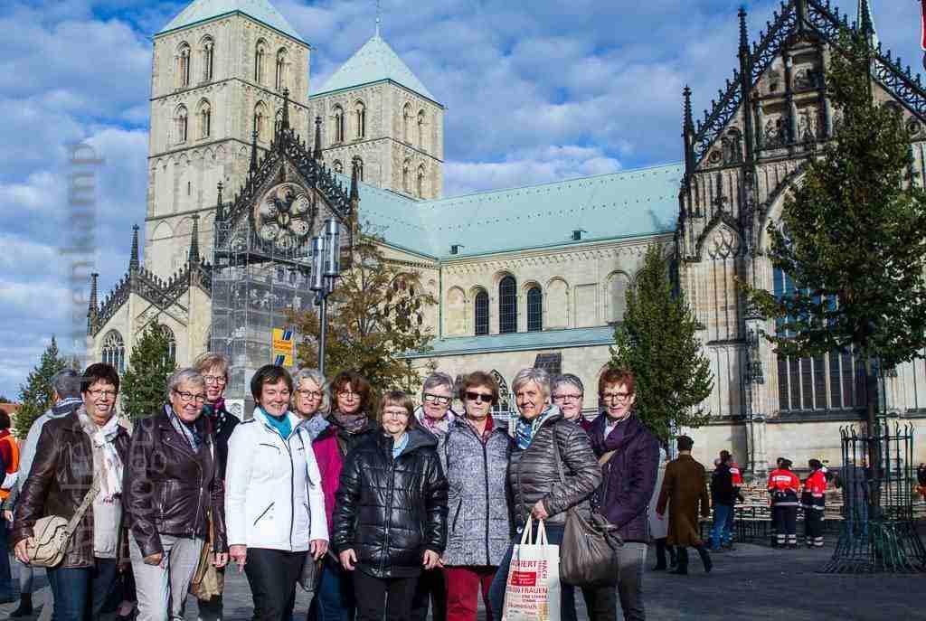 kfd-Gruppe aus Rhede auf dem Domplatz in Münster. Foto: A. Hasenkamp, Fotograf in Münster.