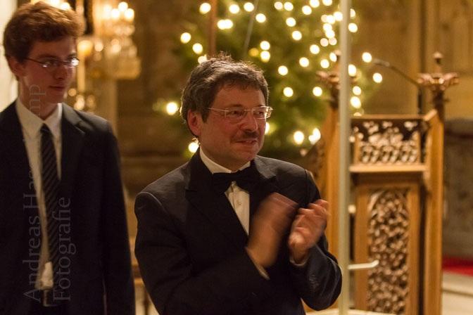 Die Organisten kamen zum Schlussapplaus nach vorn: Simon Brüggeshemke (l.) und Tomasz A. Nowak beim Weihnachtskonzert in St. Lamberti mit dem Kammerchor von St. Lamberti und Solisten. Foto: A. Hasenkamp, Fotograf in Münster.