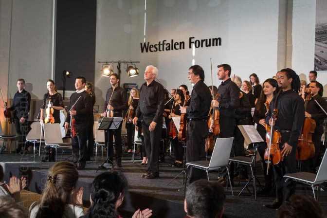 Applaus nach Mozarts Sinfonie g-moll - Erstes Konzert im Westfalen Forum der Westfalen AG am Albersloher Weg mit dem EinKlang-Orchester von Joachim Harder und der Solistin Judith Stapf. Foto: A. Hasenkamp, Fotograf in Münster.