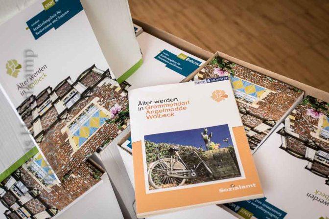 """""""Älter werden in Wolbeck"""" - die neuen und die alte Broschüre des Sozialamts der Stadt Münster."""
