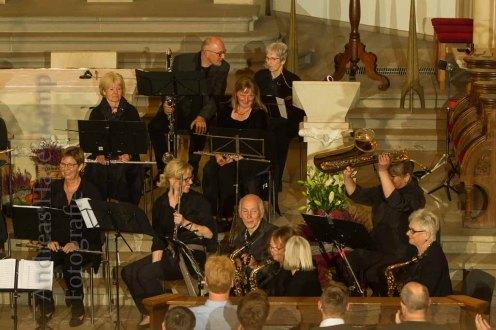 Der Dirigent des Holzbläser-Orchesters Ventissimo ließ die Musiker einige der ausgefalleneren Instrumente kurz zeigen, hier ein Altsaxofon, oben links die Bassklarinette. Foto: anh.