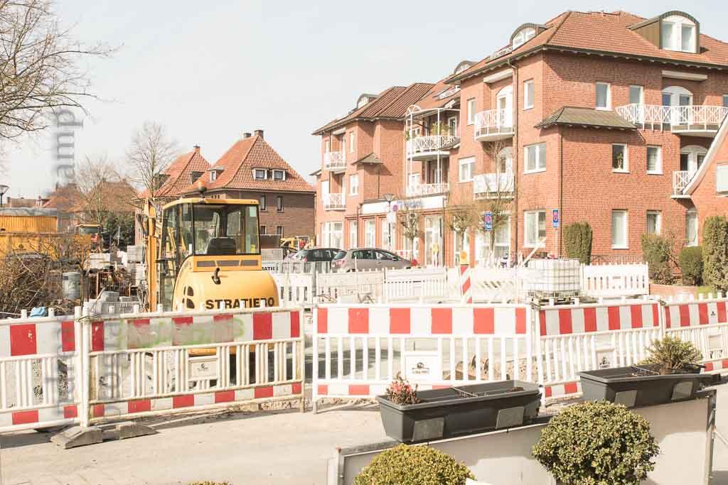 Baustelle am Marktplatz in Wolbeck - aktuell wird nahe der Eisdiele Pflaster verlegt und gerüttelt.
