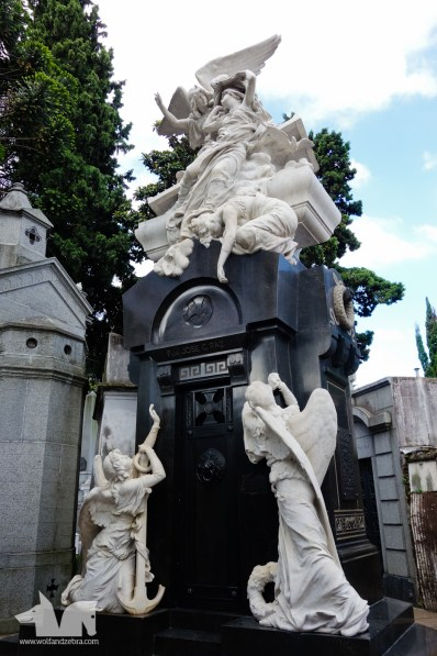 Cemetario Recoleta's detailed sculptures.