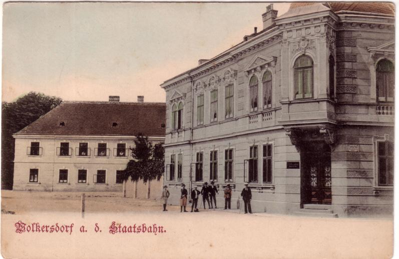 """Das später so genannte """"Basch-Haus"""" am Wolkersdorfer Kirchenplatz, um 1905. Dr. Ernst Basch erwarb das Wohnhaus und die Kanzlei 1914 von seinem Vorgänger, einem gleichfalls jüdischen Rechtsanwalt."""