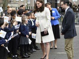 Дешёвое пальто, странные пальцы и детская книга колыбельных - в сети обсуждают визит Кейт Миддлтон в школу Оксфорда