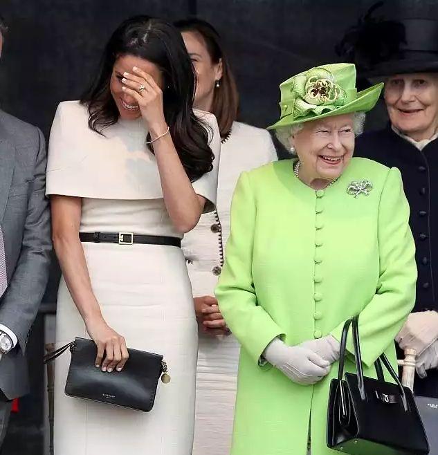 Правильное платье и неправильное поведение - как Меган Маркл сопровождала королеву в графство Чешир