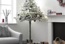 Половина новогодней ёлки - отличное решение для маленькой квартиры