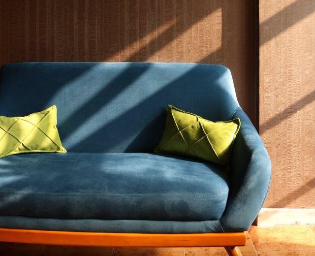 Как почистить диван моющим пылесосом дома?