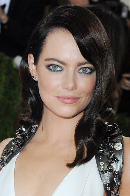 Η Emma Stone με silvery smoky eyes