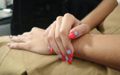 Minimal Dot Nails: Σχέδια Νυχιών με τη Βούλα