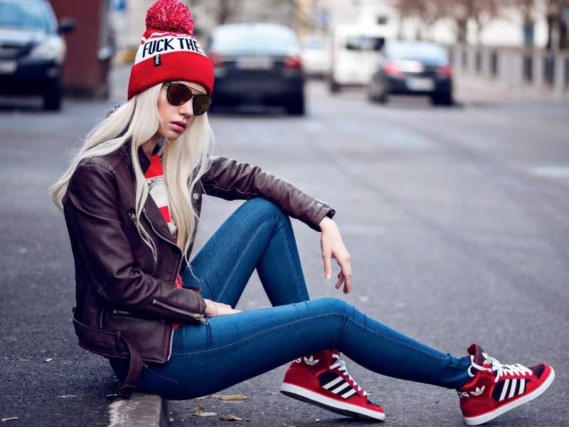 Πώς φοράνε σήμερα τα sneakers τους τα πιο στυλάτα κορίτσια;