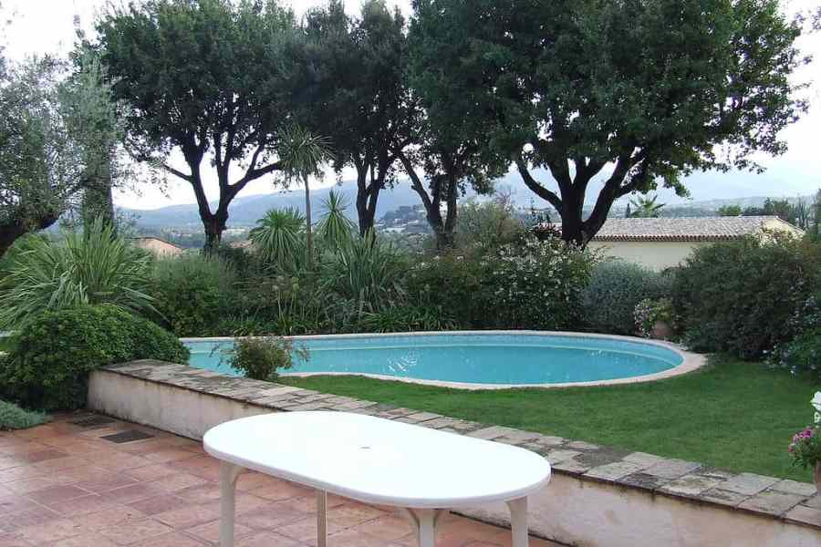 1024px-Garden_with_swimming_pool