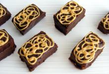 Photo of מתכון לריבועי שוקולד וחמאת בוטנים טבעוניים