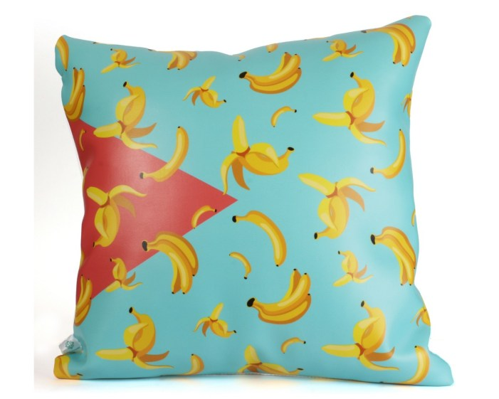 כרית דמוי עור וכותנה עם בננות של קרן דניס