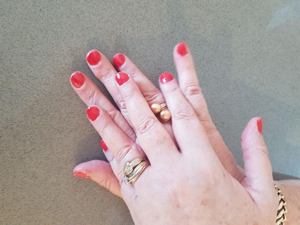לק ג'ל של ביוטיקייר בצבע אדום