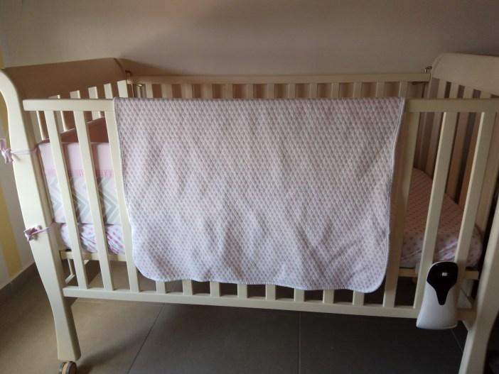שמיכת גקארד של לורה סוויסרה במיטת תינוק