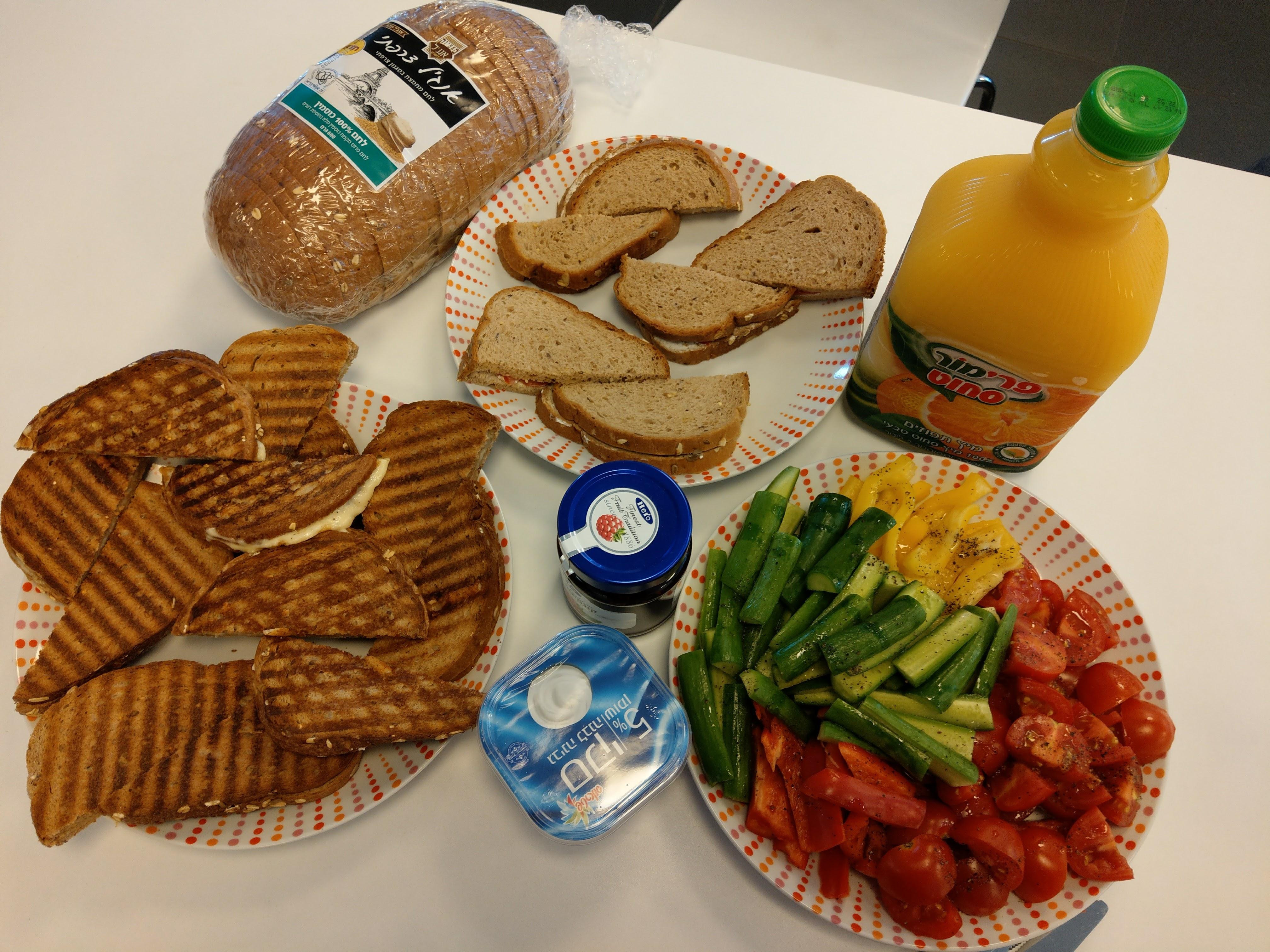 ארוחת בוקר במשרד של לחם, גבינות וירקות