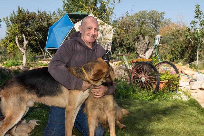 דודו גולן וכלביו בחצר אירוח כפרי במנות