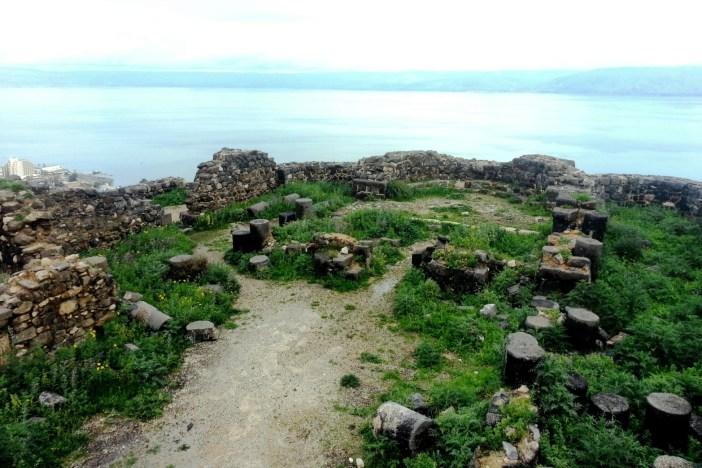 השרידים העתיקים לרקע הכינרת