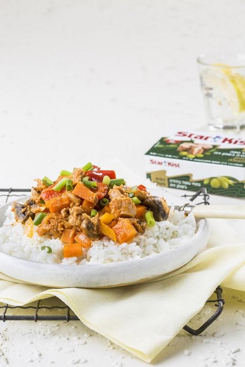 מתכון לתבשיל טונה בשמן זית וירקות על מצע אורז