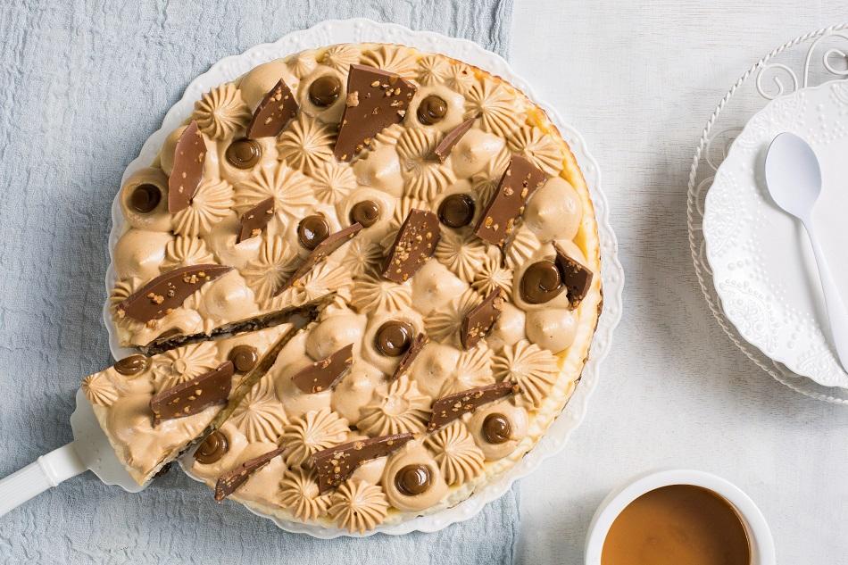 עוגת גבינה אפויה עם וניל וקרם ריבת חלב