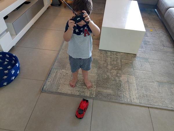 עילאי משחק עם מכונית ספיד רייר של משינה