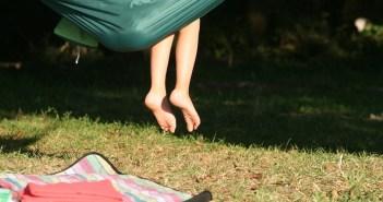 האם רגליים יחפות גורמות להצטננות?