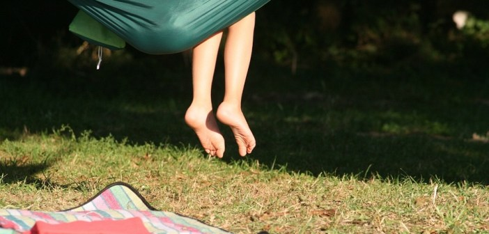 האם רגליים יחפות גורמות להצטננות? כל האמת על מיתוסים הקשורים למחלות חורף בקרב ילדים