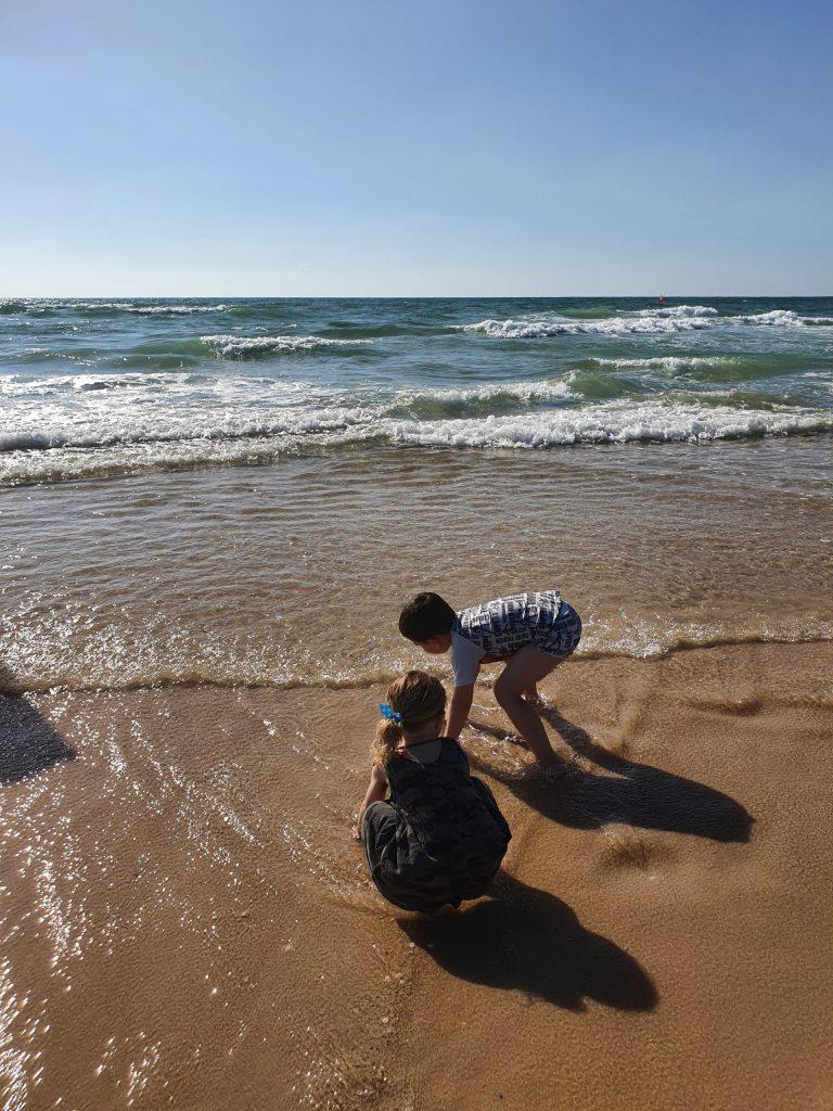 הילדים ניהנים בים