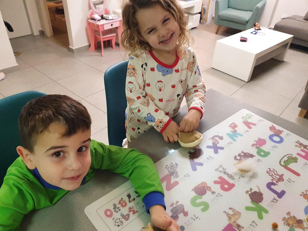 הילדים עושים ערכת יצירה של GAZUR