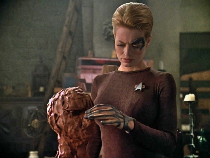 Seven of Nine sculpting a clay head in Da Vinci's workshop
