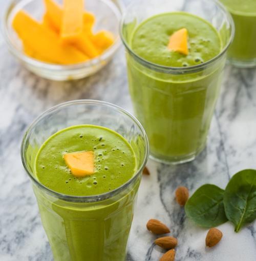Batido verde tropical hecho con mango, leche de almendras y espinacas