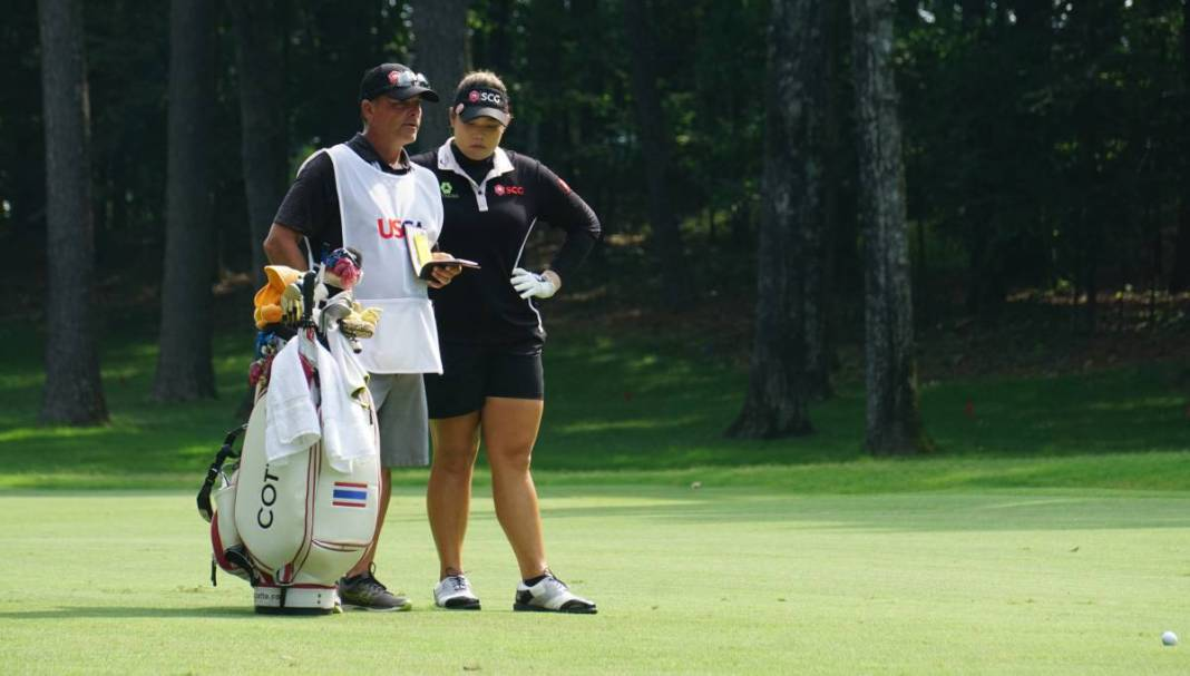Ariya Jutanugarn and caddie, Leslier Luark at the 2018 US Women's Open | Photo: Ben Harpring