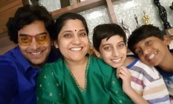 renuka-shahane-with-her-family