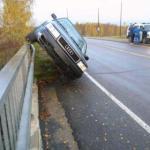 accident photos car on boundary wall