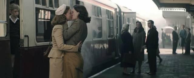 KISSING AT TRAIN STATIONS – France