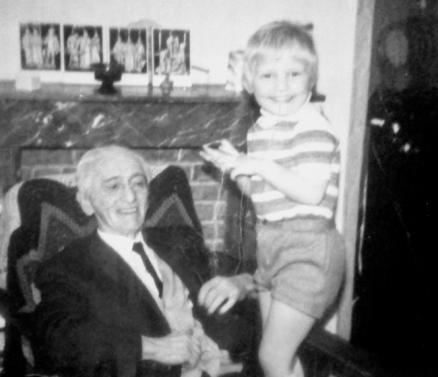Arjan in zijn jonge jaren, op schoot bij Stefan Askenase, eind jaren 60 - begin jaren 70